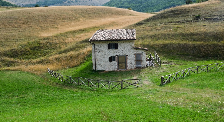 Cammino nelle Terre Mutate viaggio in centro Italia a piedi casa