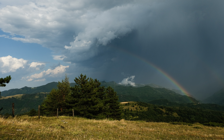 Cammino nelle Terre Mutate viaggio in centro Italia arcobaleno