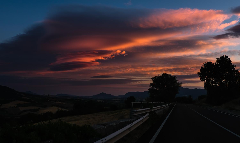 Cammino nelle Terre Mutate viaggio in centro Italia a piedi alba