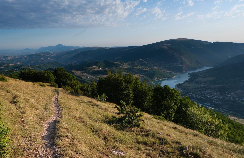 Cammino nelle Terre Mutate viaggio in centro Italia a piedi lago di Fiastra