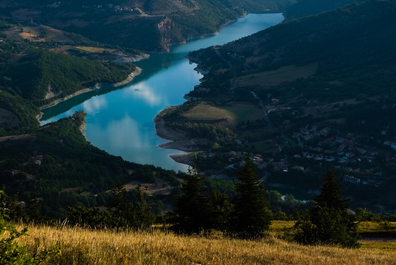 Cammino nelle Terre Mutate viaggio in centro Italia a piedi lago fiastra