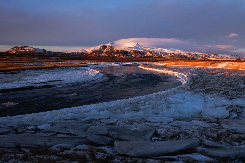 Islanda invernale fiume e montagne