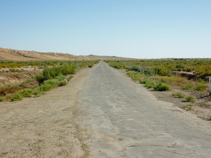 Uzbekistan deserto strada