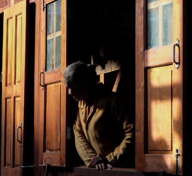 birmania donna finestra