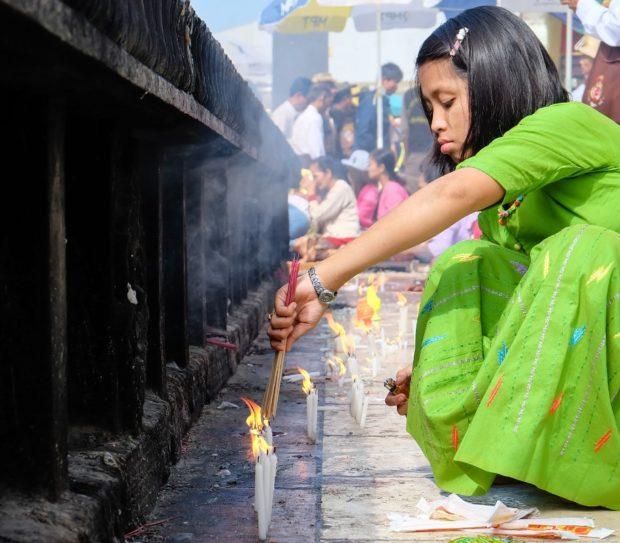 birmania roccia oro candela