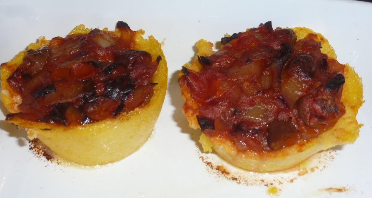 Cestini di polenta, radicchio, olive, pomodoro, coriandolo, peperoncino