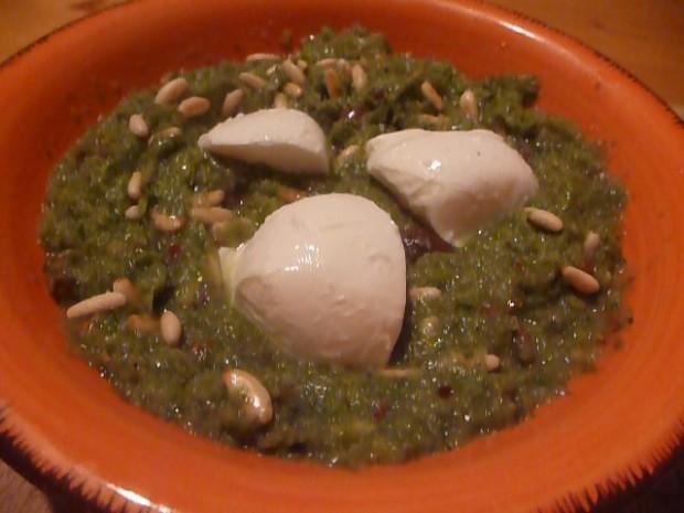 Crema di scarola con pinoli, fichi, olive e mozzarella