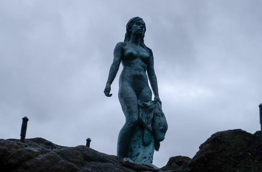 donna foca statua faroe isola kalsoy