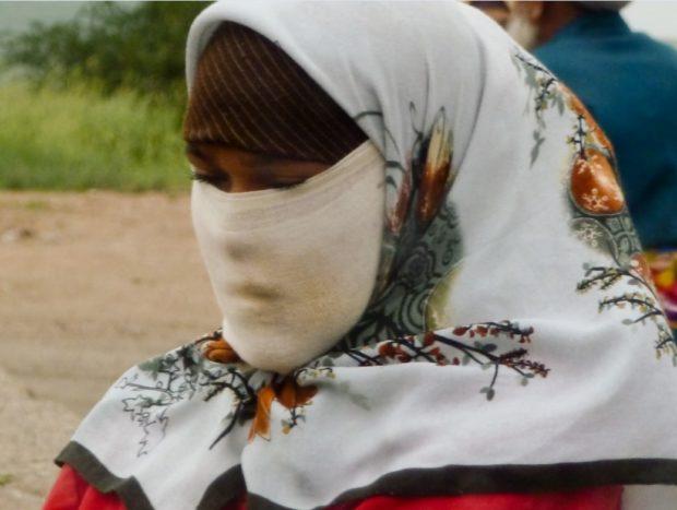 fotografia donna tagika con velo