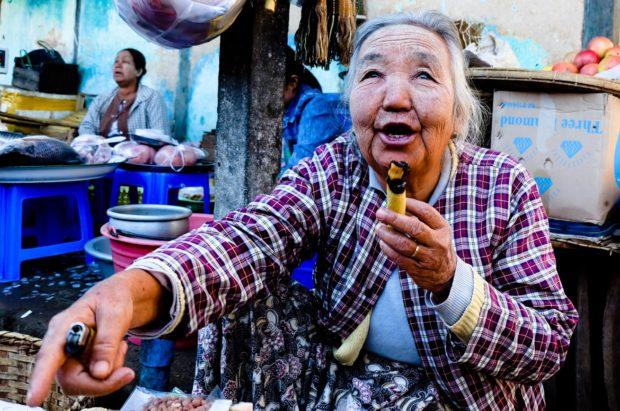Birmania – Donna con sigaro