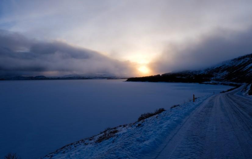guida in inverno islanda strada ghiacciata