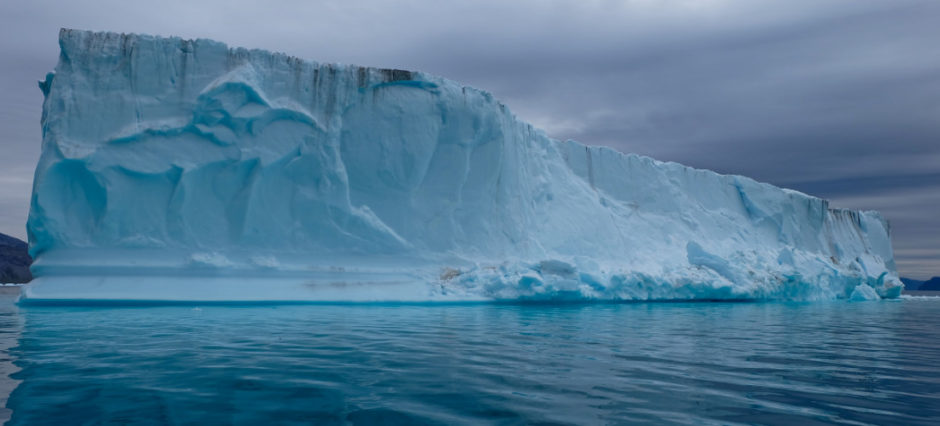 iceberg in un fiordo groenlandia - libri di viaggio