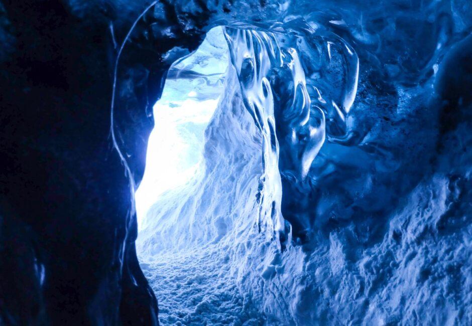 libri di viaggio islanda grotta nel ghiacciaio