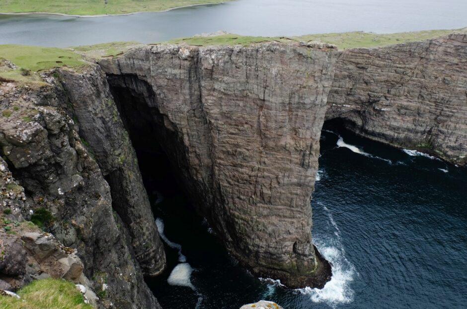libro di viaggio Isole Faroe lago sopra al mare