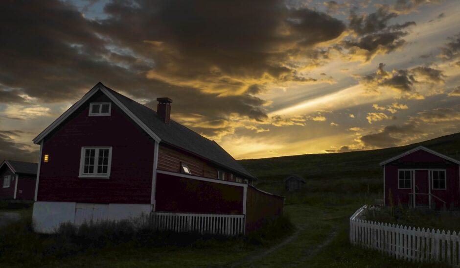 libro di viaggio Norvegia tramonto villaggio
