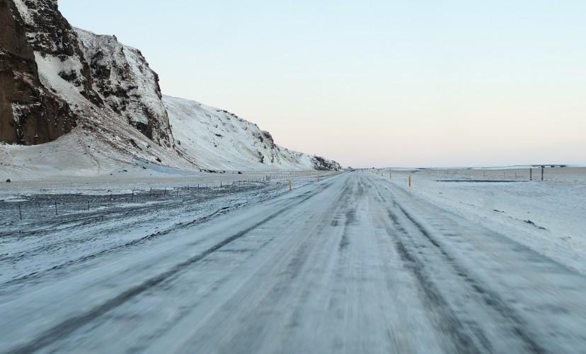 lslanda guidare in inverno auto a noleggio strada vik