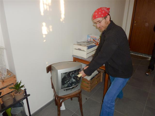 distruggere la TV con il martello