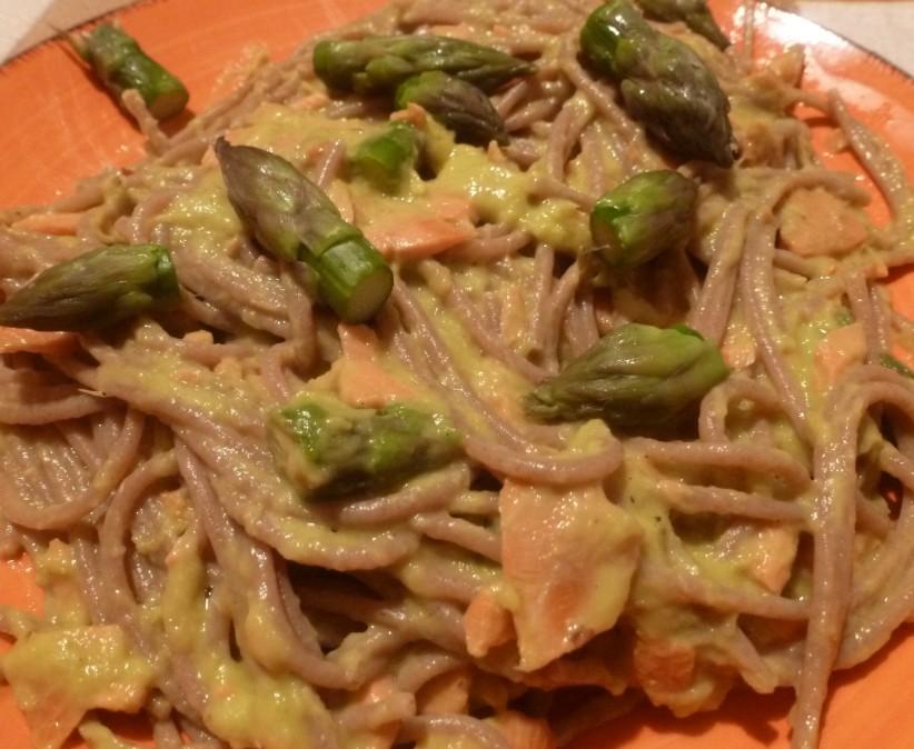 Pasta alla crema di asparagi con arancia e salmone