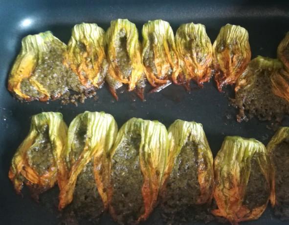 Fiori di zucca ripieni con crema di rucola e noci