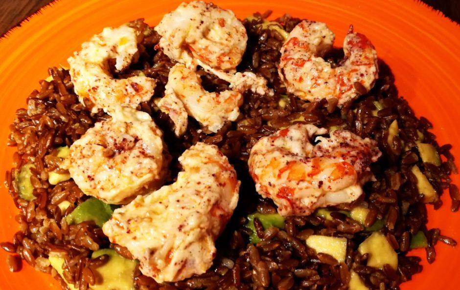 Gamberi gourmet con crema di mandorle su riso e avocado