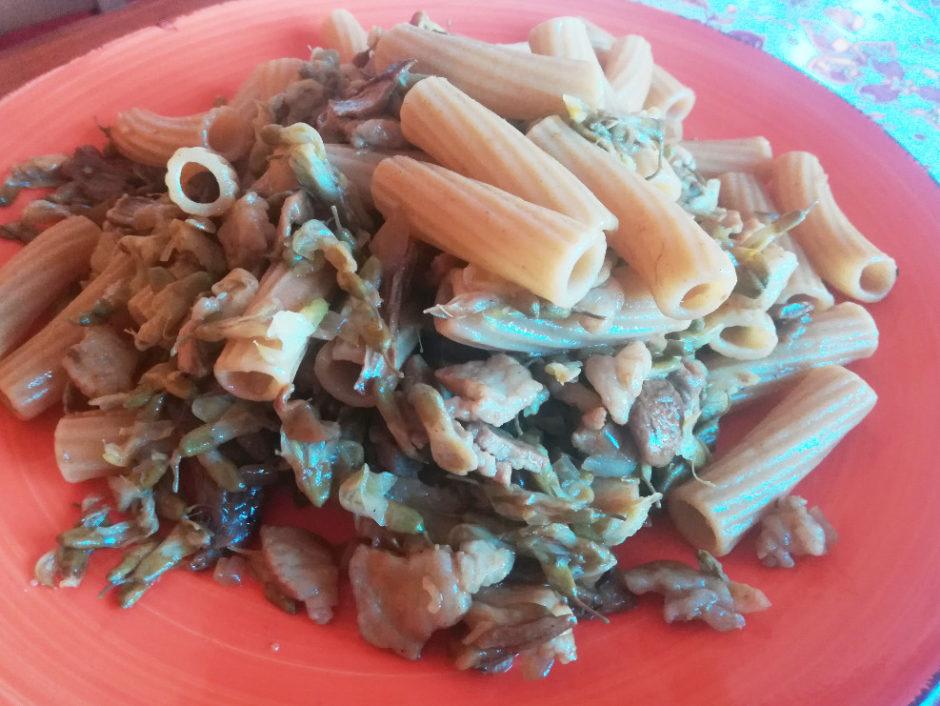 Pasta ai fiori di acacia, pancetta e funghi porcini