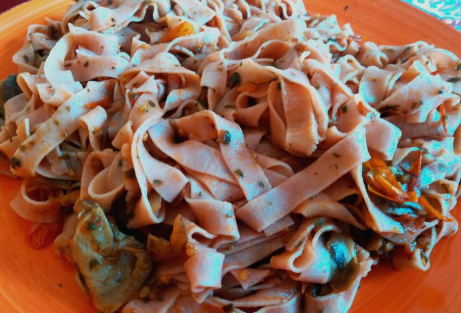 ricetta pasta uovo rossa sugo pomodorini e funghi porcini