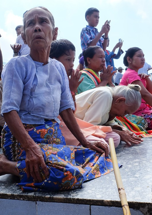 roccia oro birmania preghiere