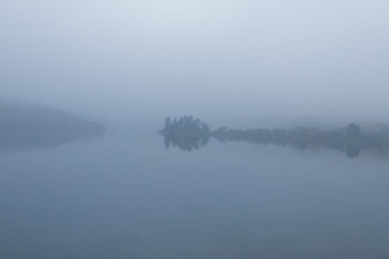 Scozia nebbia sul lago
