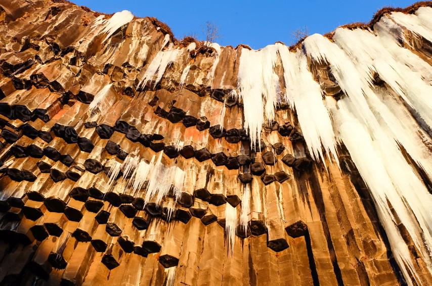 svartifoss cascata ghiaccio colonne basalto viaggio inverno islanda