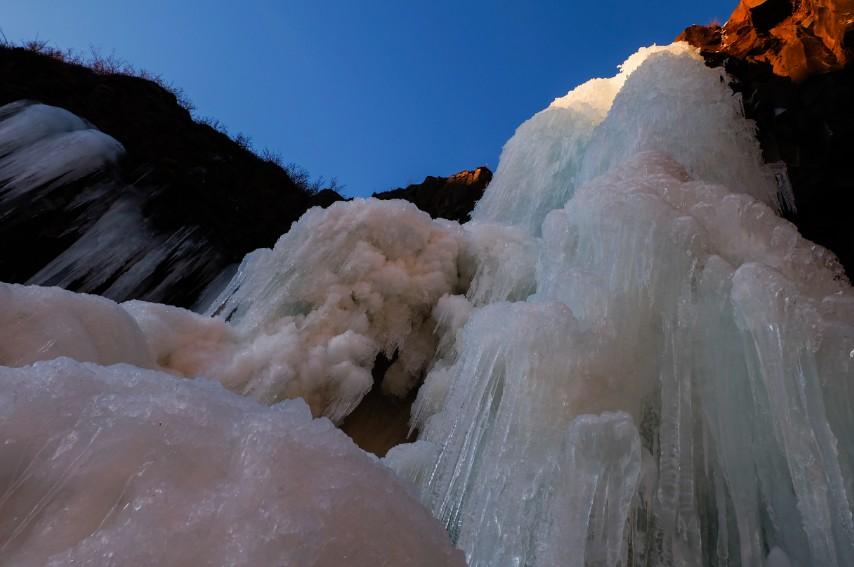 svartifoss ghiaccio cascata viaggio inverno islanda