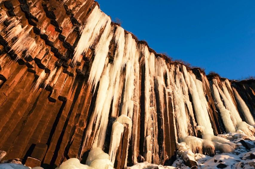 svartifoss ghiaccio colonne basalto viaggio islanda inverno