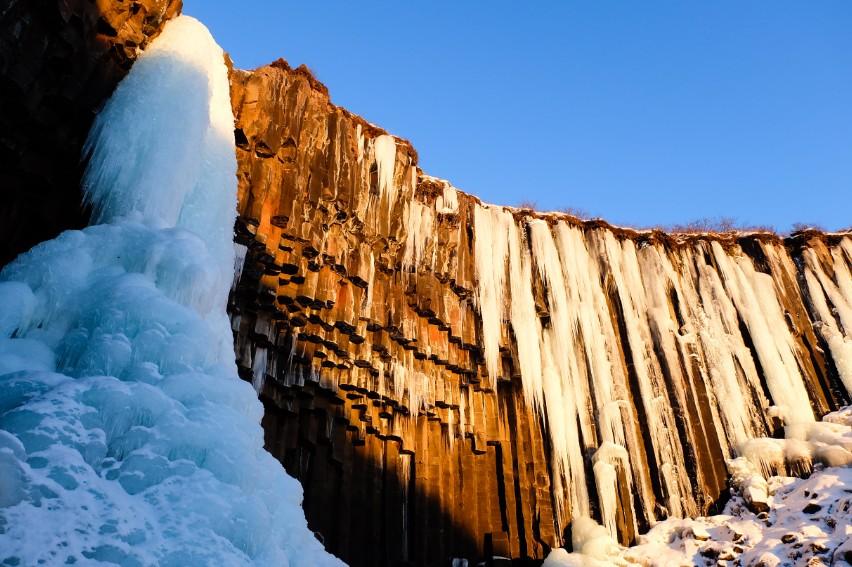 svartifoss panorama cascata di ghiaccio e colonne di basalto stalattiti