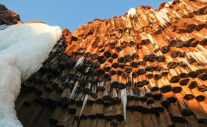 svartifoss viaggio cascata ghiaccio colonne basalto inverno islanda