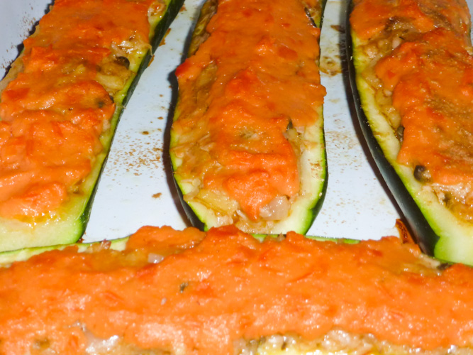 Zucchine ripiene con scalogno, zenzero, coriandolo, capperi, peperoncino, tonno, patate e pomodoro